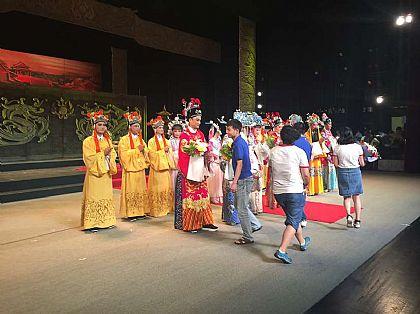 公司组织员工观看韩再芬主演的黄梅戏《女驸马》